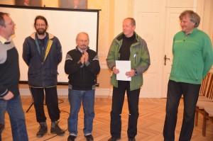 Apdovanojimus įteikia Lietuvos gamtos fondo direktorius Edmundas Greimas